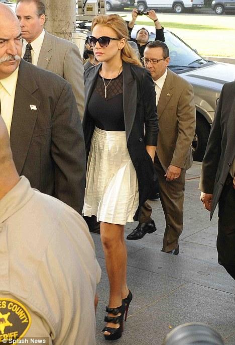 Линдси Лоэн с серьезным видом идет на суд